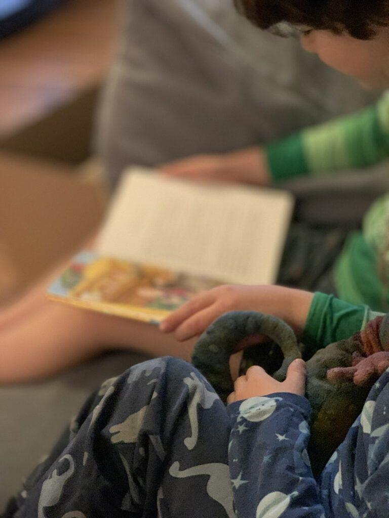 Drei Kinder - sie kümmern sich auch umeinander